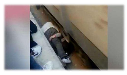 فيديو.. أب فدائي ينقذ ابنته بجسده من الدهس تحت عجلات القطار