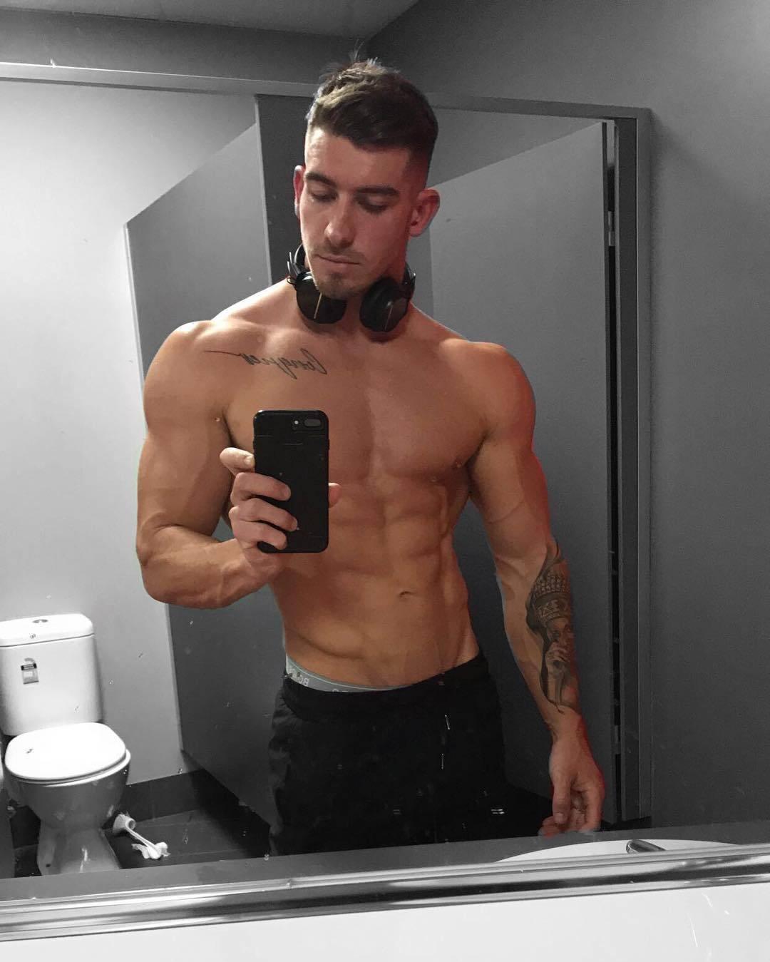 hot-shirtless-guys-broad-shoulders-blake-williamson-fit-body-selfie