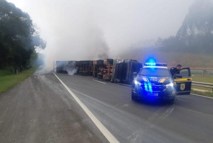 Caminhão tomba com princípio de incêndio e interdita a BR 376