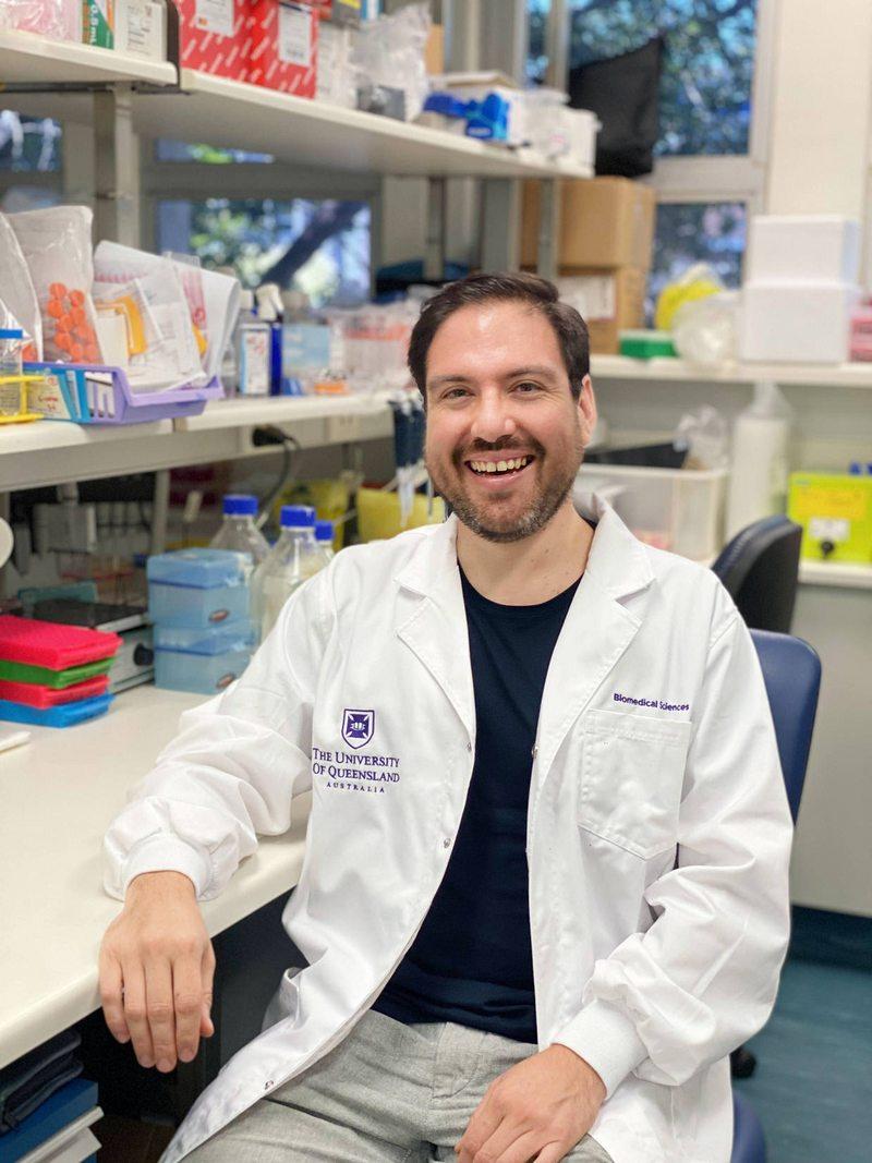 Premian a científico chileno en Australia por su investigación contra el Parkinson