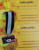 Foto de medalla de fimo del mando de la Nintendo NES