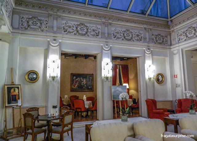 Sala de estar do Hotel Corona d'Oro, em Bolonha, Itália
