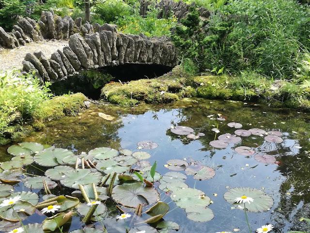 oczko wodne naturalistyczne, kamienny mostek