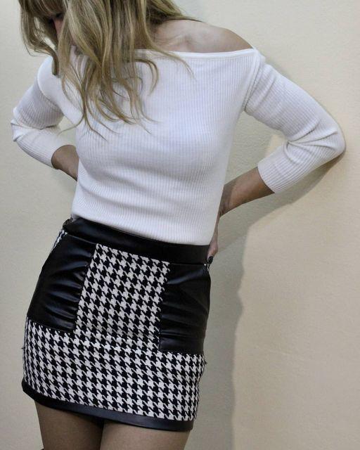 Πλεκτή λεπτή μπλούζα σε λευκό & μαύρο & mini φούστα με δερμάτινες λεπτομέρειες!