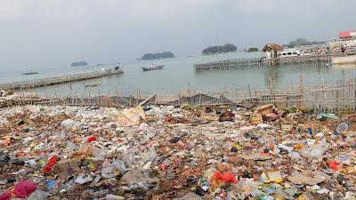 tumpukan sampah di pulau harapan