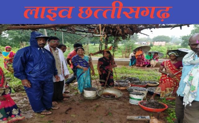 ग्राम पंचायत तुहामेटा गोठान में गोबर खरीदी की शुभारंभ जि.पं. सदस्य लोकेश्वरी नेताम के मुख्य अतिथि में की गई।godhan nyay yojana cg