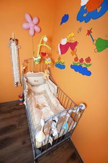 cuarto bebé paredes naranjas