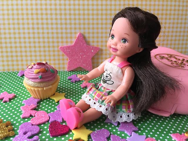 boneca Kelly usando roupa da Melissinha Melissinhazinha