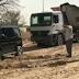 Walau Naik Mobil Mewah, Pangeran Dubai Tidak Sungkan Menarik Mobil Truk Yang Tersangkut