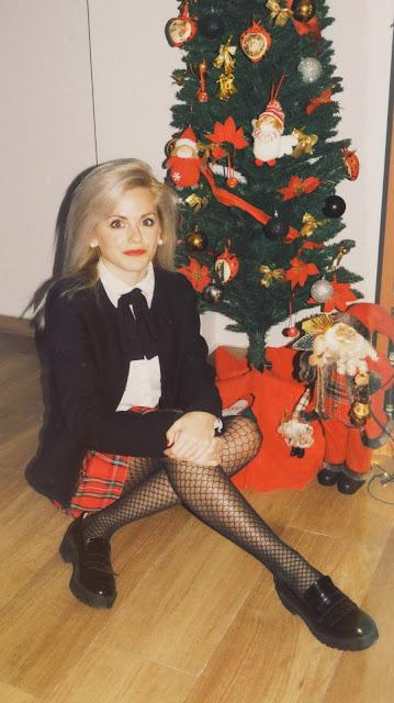 Alejandra Colomera con lazo negro en el cuello, camisa, blanca, chaqueta negra y falda tartán roja
