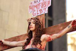Lei que proíbe protestos contra cristianismo é suspensa