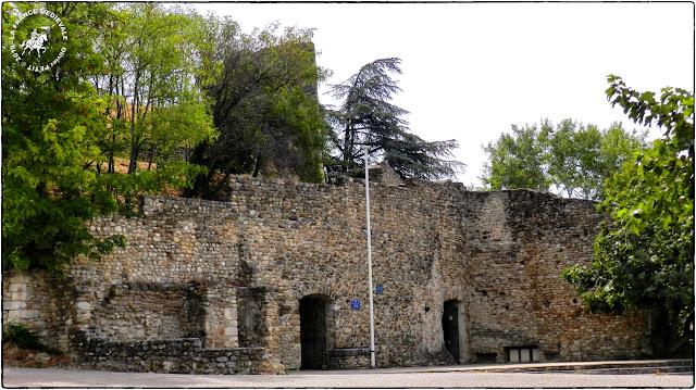 VISAN (84) - Château et remparts médiévaux