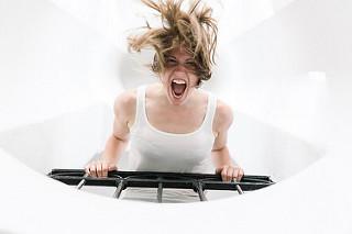 Chica gritando sobre una barandilla