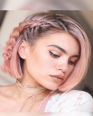 cabello de moda corto con trenza de lado de raíz
