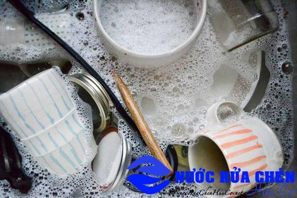 Sai lầm khi rửa chén khiến vi khuẩn bám đầy chén dĩa làm cả nhà đều sinh bệnh