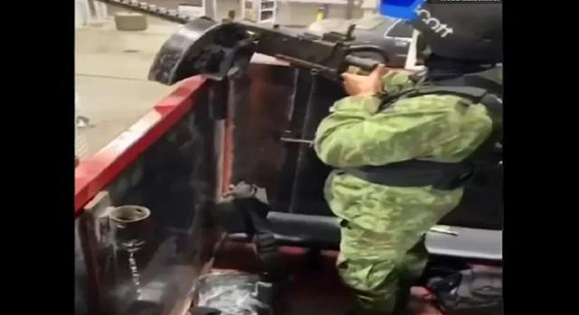 Video: Sicarios del CDS a las ordenes de El Mayo Zambada dan terror a la gente mientras cargan gasolina en camioneta monstruo en Guamuchil, Snaloa