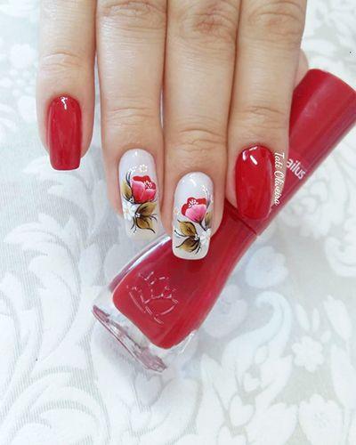 unhas vermelhas com flores