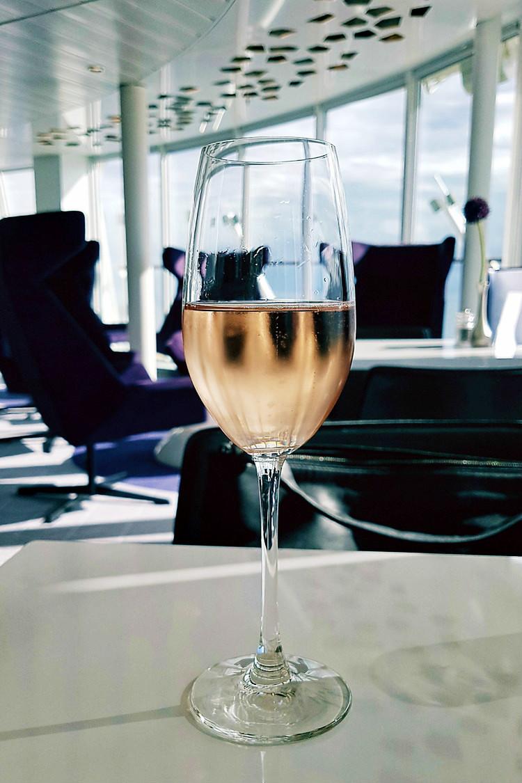 Champagner in der X-Lounge der Mein Schiff 5 | Arthurs Tochter kocht. Der Blog für Food, Wine, Travel & Love von Astrid Paul