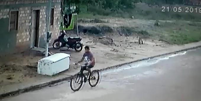 """Em Itaituba: """"Ratinho"""" é flagrado furtando bicicleta no residencial Wirland Freire; Veja o vídeo"""