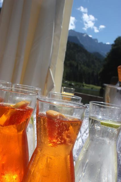 Hochzeitsempfang auf Sprizz und Hugo - Schleierkraut-Wolken in rosa und weiß - Sommerhochzeit in Bayern, Garmisch-Partenkirchen, Riessersee Hotel, Hochzeitshotel, Babies breath wedding