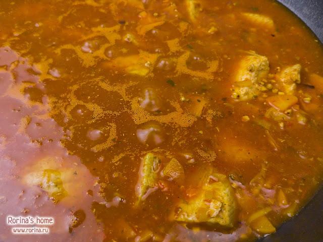 Залейте гречку водой так, чтобы она покрыла все содержимое сковороды