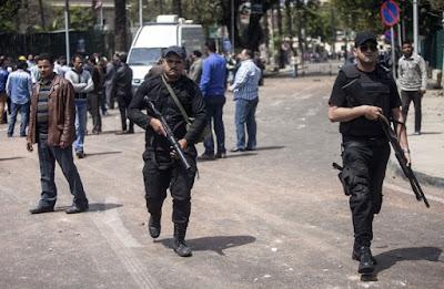 قوات الأمن تهاجم شابا بسبب مروره بزميلهم على الطريق