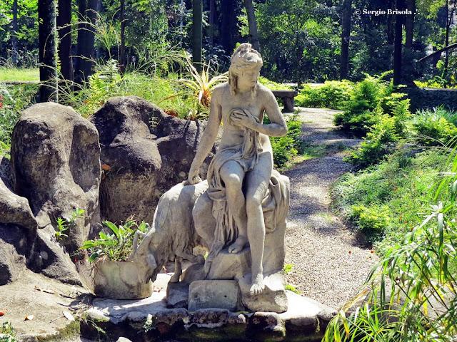 Vista ampla da Escultura Amalteia e a Cabra de Júpiter - Parque Jardim da Luz - São Paulo