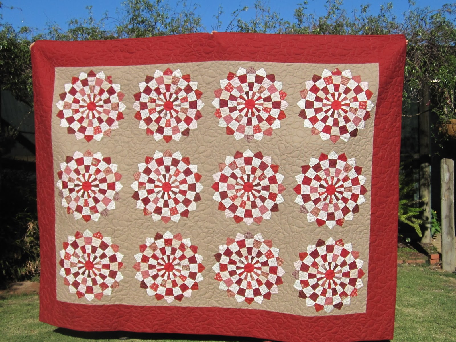 Mother Patchwork: Red and White Dresden quilt - finished!