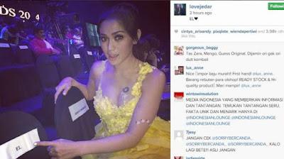 Jessica tampak cantik mengenakan gaun warna kuning. Jessica Iskandar [Instagram @lovejedar]