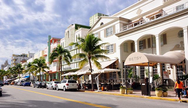 Ocean Drive durante o dia em Miami
