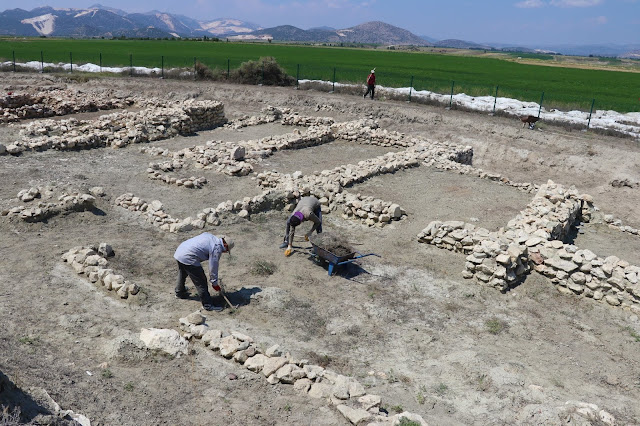 Second monumental gate unearthed at Hacılar Great Mound