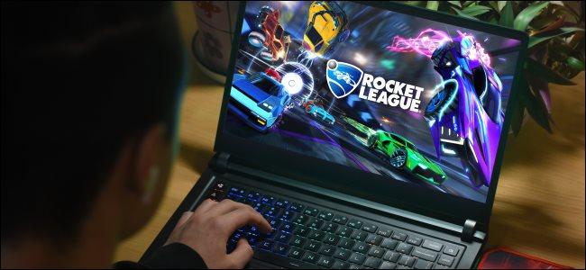 شخص يلعب لعبة Rocket League على جهاز كمبيوتر محمول.