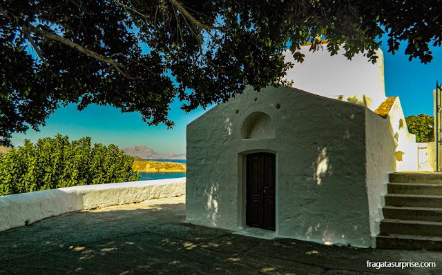 Capela às margens da trilha para a Acrópole de Lindos, na Ilha de Rodes, Grécia