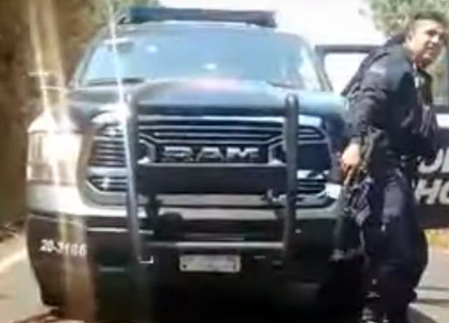 """""""VAMONOS,VAMONOS a la VER..."""" : SICARIOS EMBOSCAN ESCUADRON de POLICIAS y EMPRENDEN la RETIRADA con """"CARA de HUIDA"""""""