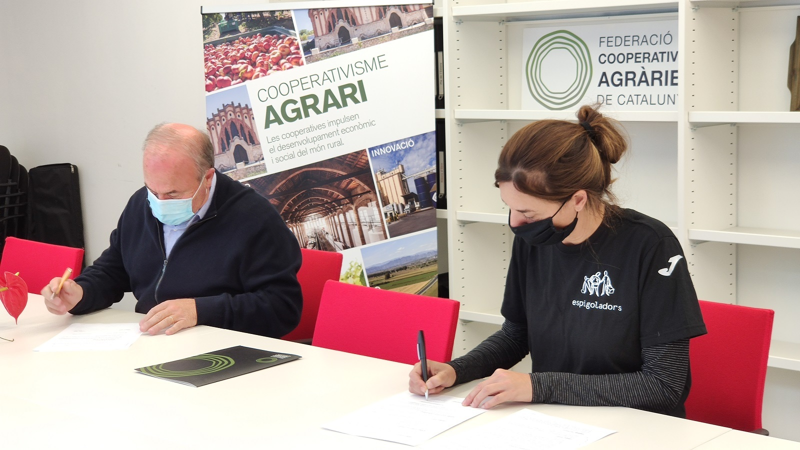 La Federació de Cooperatives Agràries de Catalunya (FCAC) i la Fundació Espigoladors contra el malbaratament alimentari.
