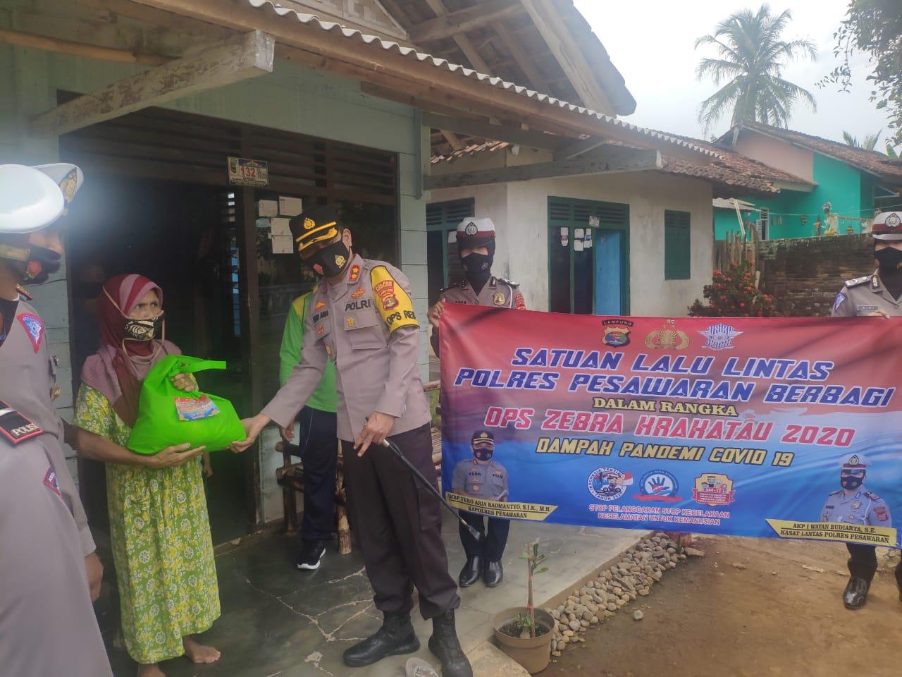 Dalam rangka Ops Zebra Krakatau 2020, Satuan Lalu Lintas (Satlantas) Polres Pesawaran Polda Lampung melaksanakan kegiatan Bakti Sosial Jumat Berkah