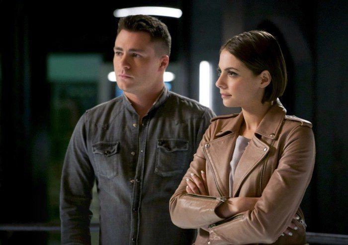 Colton Haynes y Willa Holland en Arrow