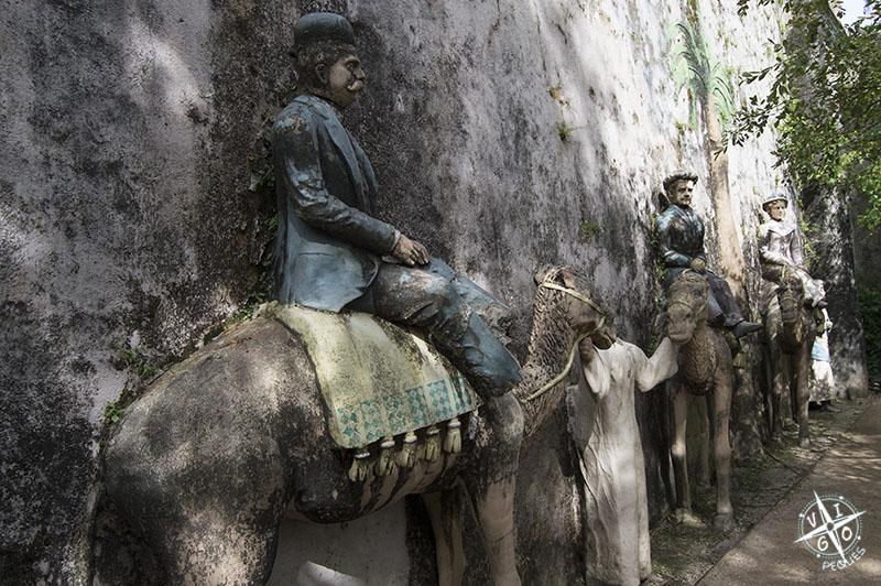 Figuras de Juan García, con Doña María y si hija Agueda subida a los dromedarios con sus guías
