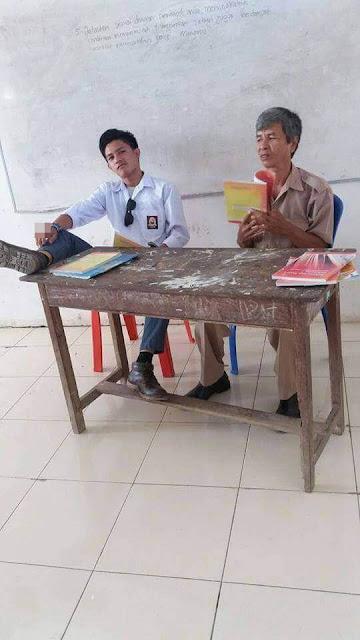Banjir Komentar Pedas, Siswa ini Duduk Tak Sopan Disamping Gurunya Sambil Merokok