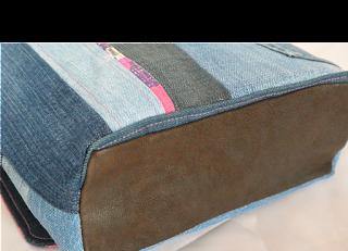 Sac en jeans recyclés monté façon patchwork, coton intérieur motif ethnique, poche en jeans appliqué à l'extérieur, poche intérieur pour ranger sa carte bleue, anse faite main en jeans et coton, boucle couleur laiton, rabat en jeans et coton motif ethnique avec aimant pour facilité la fermeture, fond en cuir marron véritable. Fait main et unique. dimension 26 x 24 x 8 cm environ.