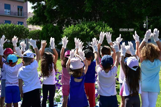 Μικρά παιδιά σχημάτισαν την ελληνική σημαία με λουλούδια στο Ναύπλιο (βίντεο)