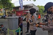 Kampung Sehat Jilid II, Kapolsek Lingsar Bagikan 1000 Masker