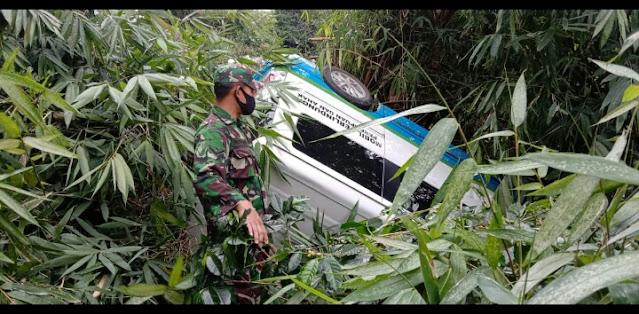 Mobil (PPA) Perlindungan Perempuan dan Anak Jatuh ke Sungai Babinsa 05 Permata Bantu Evakuasi