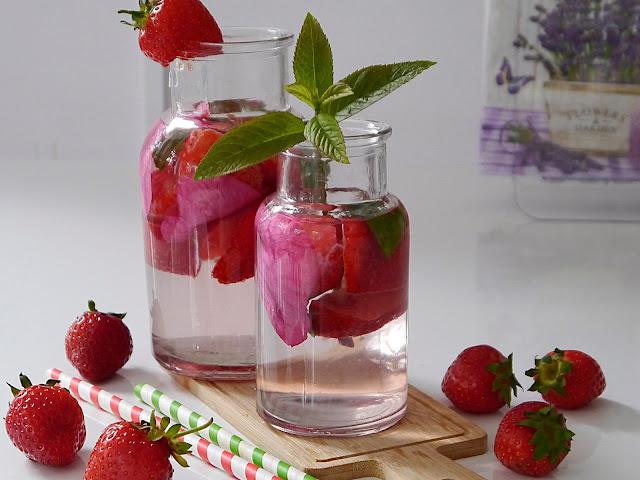 Woda smakowa z truskawakmi, płatkami róży i miętą - Czytaj więcej »