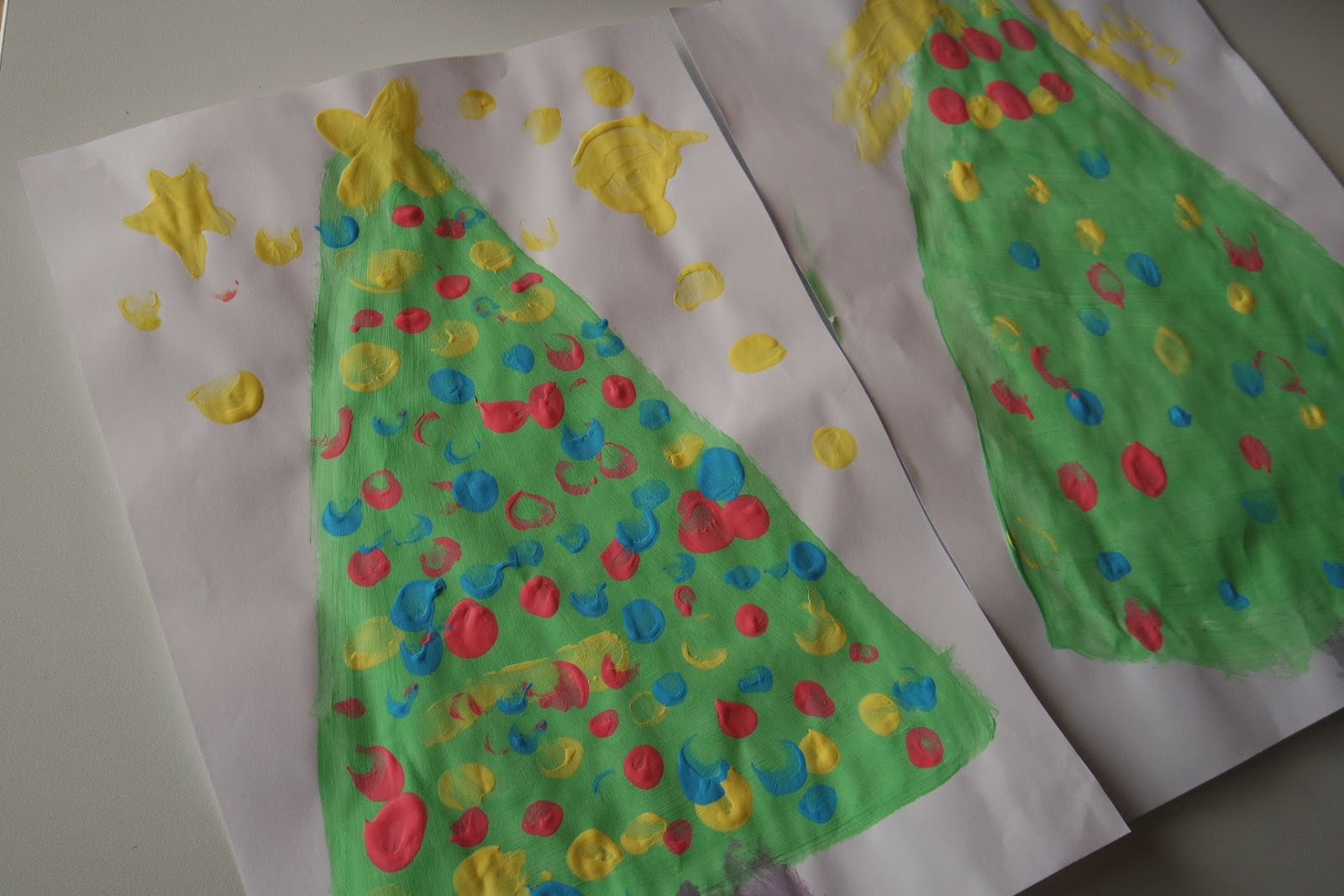 Fingerfarbe Weihnachten.Pamelopee Kinder Malen Weihnachtsbilder Mit Fingerfarben