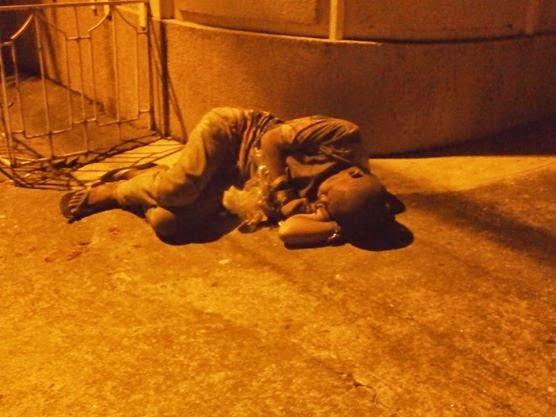 Angeles City, bezdomny śpiący przy ulicy