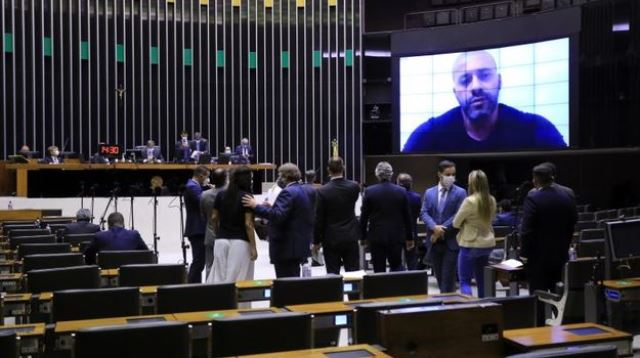 Por 364 votos a favor, Câmara decide manter deputado Silveira na cadeia