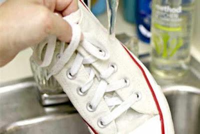 bilas sepatu dengan baik menggunakan air bersih.