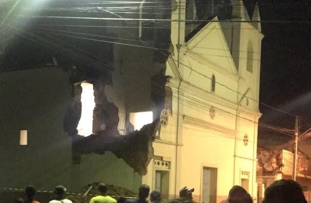 Em Atalaia, fortes chuvas derrubam torre de igreja do município