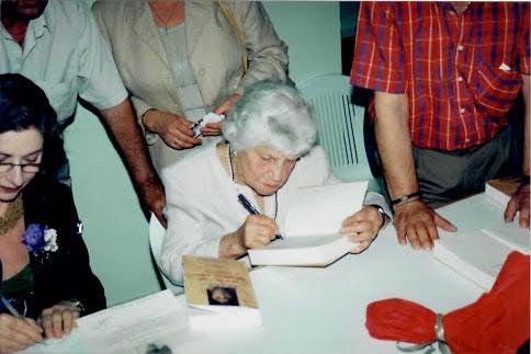 Μητέρα και κόρη υπογράφουν βιβλία για τους θαυμαστές τους